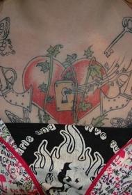 胸部心形锁个性纹身图案