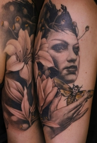 大臂彩色女性肖像与花卉和蝴蝶纹身图案