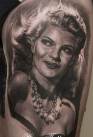 性感的黑白女人肖像大腿纹身图案