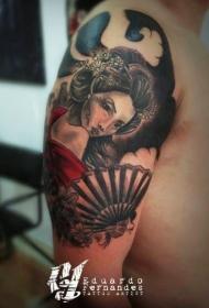 男性肩部日本传统色的艺妓纹身图案