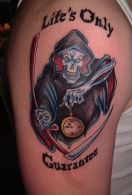 手臂彩色死神和字母纹身图案