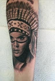 手臂逼真的愤怒印度女人肖像纹身图案