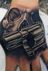 手部黑色逼真的骷髅与手枪纹身图案