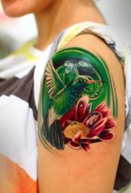 肩部可爱多彩的蜂鸟花卉纹身图案
