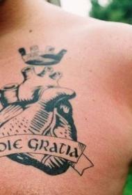 胸部皇冠心脏拉丁文纹身图案