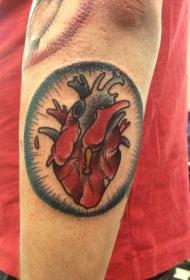 男性手臂彩色心脏纹身图案