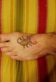 男性脚背色彩丰富的蝎子纹身图案