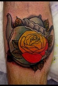 腿部老派风格的彩色茶壶与花朵纹身