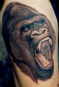 大腿上逼真的黑白大猩猩头部纹身
