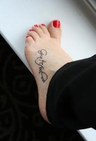 女性脚背简单的英文字母纹身图片