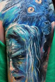 大臂蓝色风格神秘男人脸和羽毛纹身图案