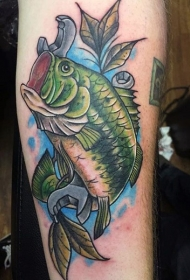 腿部逼真的鱼和扳手纹身图案