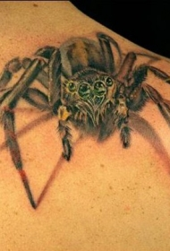 男性肩部逼真的蜘蛛纹身图案