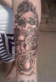 手臂灰色骷髅与玫瑰纹身图案