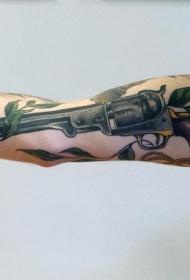 手臂逼真的老式左轮手枪和鲜花纹身