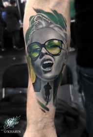 手臂现代风格的彩色妇女肖像纹身图案