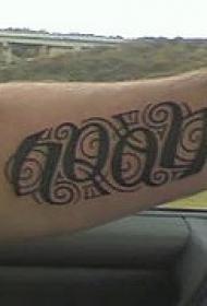手臂黑色字母花体纹身图片