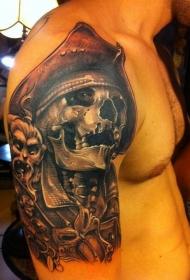 男性肩部大海盗骷髅纹身图案