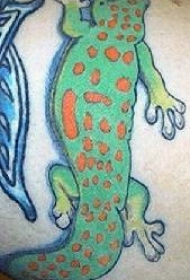 腿部彩色卡通两栖动物的纹身图案