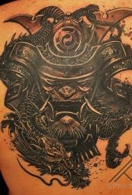 背部武士面具和龙纹身图案