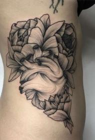 侧肋心脏与花卉线条点刺纹身图案