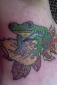 脚部彩色青蛙落下的叶子纹身图案