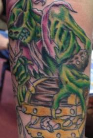手臂绿色海盗骷髅与珍宝纹身图片