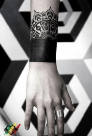 手腕黑色手环和梵花纹身图案