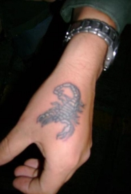 手部白色中型蝎子纹身图案