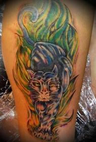 男性腿部彩色豹子纹身图案