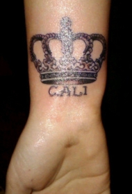 侧肋皇冠和英文铭文纹身图案