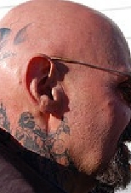 男性头部黑色植物纹身图案