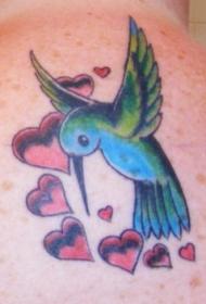 可爱的蜂鸟和心形纹身图案