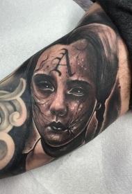 大臂恐怖风格小女孩的肖像和字母纹身图案