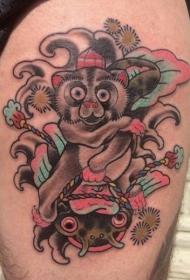 old school彩色大腿可爱的猴子与鱼纹身图案