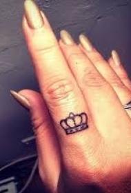 手指上好看的小皇冠纹身图案