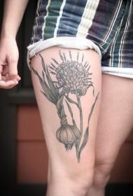 女性腿部大蒜和花朵纹身图案