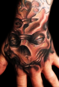 手部棕色怪物骷髅头纹身图案