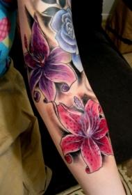 手臂生动的彩色百合花纹身图案
