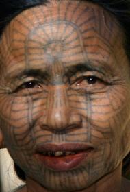 传统民族的脸部净面纹身图案