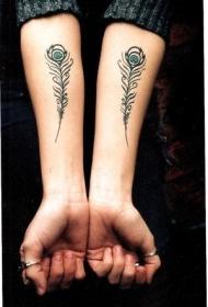 手臂彩色漂亮的孔雀羽毛纹身图案
