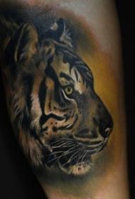 手臂彩色逼真的老虎头纹身图案