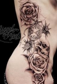 女性腰侧棕色大玫瑰与骷髅纹身图案