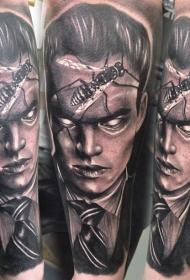 手臂恐怖风格男子肖像与昆虫纹身图案
