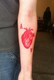 女性彩色红墨水心脏字母纹身图案