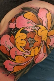 肩部全新学校风格的彩色大花纹身