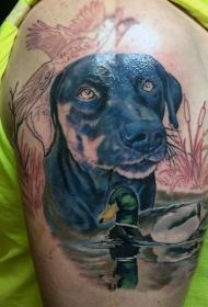 大臂现实主义风格彩色猎狗与鸭子纹身图案