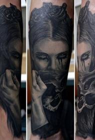 手臂现实主义风格的女人与头骨纹身