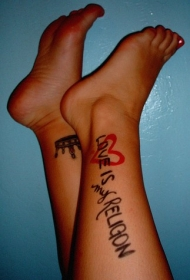腿部英文字母与爱心纹身图片