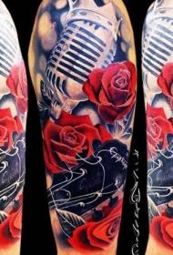 肩部现代传统风格的彩色麦克风与玫瑰花纹身